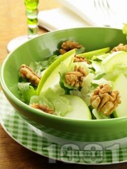 Зелена салата от айсберг, рукола, ябълки, орехи и меден дресинг - снимка на рецептата